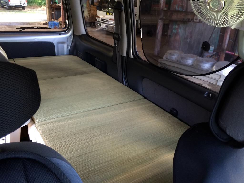 運転席から見た一畳ほどのタタミ